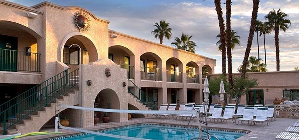 Desert sun resort palm springs roadtrippers for Palm springs strip hotels
